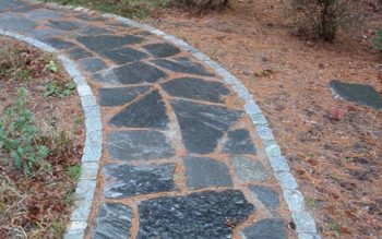 Ścieżka ogrodowa wyłożona różnokolorowymi kamieniami